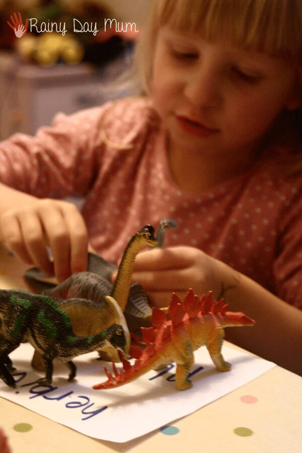 sorting dinosaur by their teeth into herbivores and carnivores