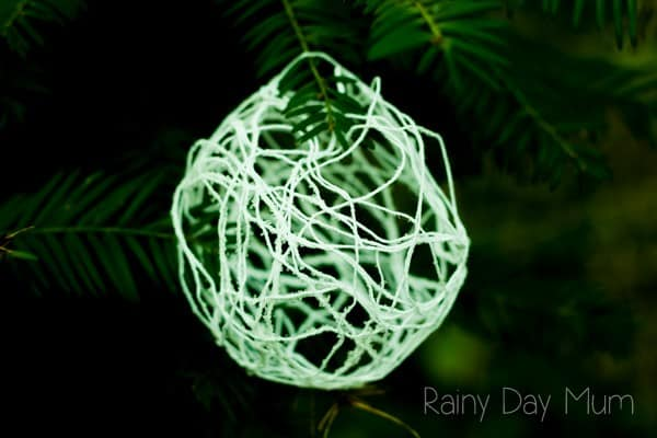 DIY Crystal Snowballs - yarn wrapped ornaments with a natural sparkle that you or the kids could make this Christmas to decorate the tree or home.