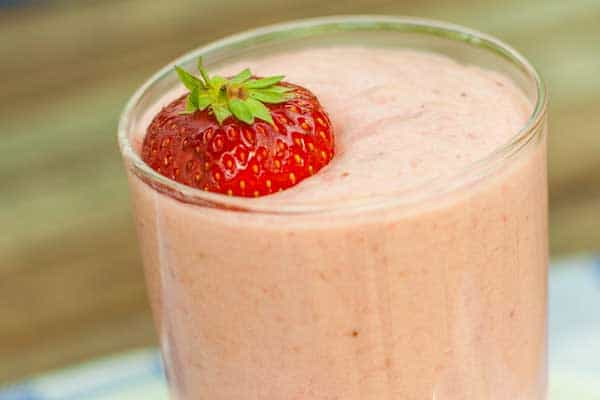 Delicious light and fluffy traditional strawberry mousse recipe ideal to use those overripe strawberries left in the fridge. Perfect for summer menus.